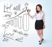 Giovani diagrammi del disegno della donna di affari sul whiteboard Fotografia Stock Libera da Diritti