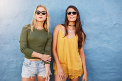Giovani donne alla moda che stanno insieme Fotografia Stock