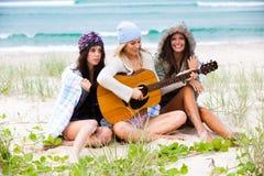 Giovani donne alla spiaggia con una chitarra Immagini Stock Libere da Diritti