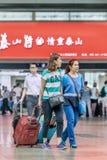 Giovani donne alla stazione ferroviaria del sud, Cina di Pechino Fotografia Stock Libera da Diritti