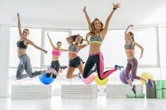 Giovani donne allegre sorridenti felici Fotografia Stock Libera da Diritti