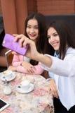 Giovani donne asiatiche felici che fanno la foto del selfie sopra Fotografie Stock