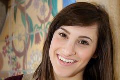 Giovani donne belle che sorridono nella macchina fotografica Fotografia Stock Libera da Diritti