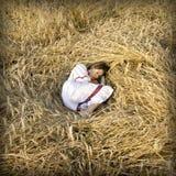 Giovani donne brown-haired sull'il campo Fotografia Stock Libera da Diritti