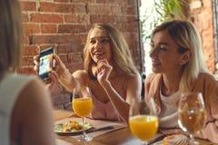 Giovani donne in caffè Fotografie Stock