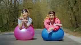 Giovani donne che cantano divertimento in tempo soleggiato video d archivio