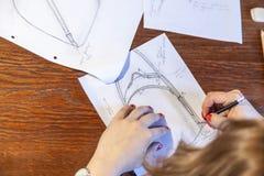 Giovani donne che disegnano schizzo Progettazione dello zaino immagini stock