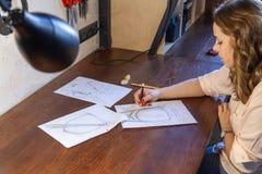Giovani donne che disegnano schizzo Progettazione dello zaino fotografie stock