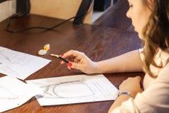 Giovani donne che disegnano schizzo Progettazione dello zaino immagine stock