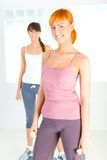 Giovani donne che fanno esercitazione di forma fisica immagini stock libere da diritti