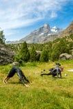 Giovani donne che fanno forma fisica di mattina in montagna Immagine Stock