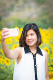 Giovani donne che fanno selfie Fotografia Stock