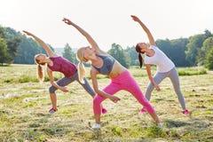 Giovani donne che fanno yoga Immagine Stock Libera da Diritti