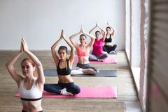 Giovani donne che fanno yoga all'interno Immagine Stock Libera da Diritti