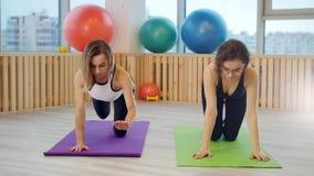 Giovani donne che fanno yoga nello studio Esercizi per le gambe Tenuta dell'equilibrio archivi video
