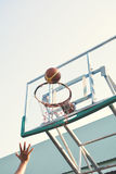 Giovani donne che giocano pallacanestro Fotografie Stock