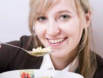 Giovani donne che mangiano minestra immagine stock libera da diritti