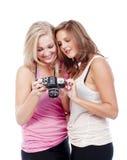 Giovani donne che osservano le maschere Immagini Stock
