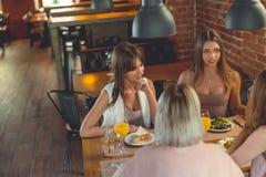 Giovani donne che parlano in caffè Immagini Stock