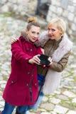 Giovani donne che prendono selfie Fotografia Stock