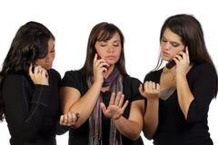 Giovani donne che ripartono una conversazione immagini stock libere da diritti