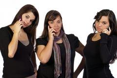 Giovani donne che ripartono una conversazione fotografia stock libera da diritti