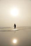 Giovani donne che si rilassano sulla spiaggia Immagine Stock Libera da Diritti