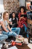 Giovani donne che si siedono e che studiano insieme ai libri Fotografia Stock