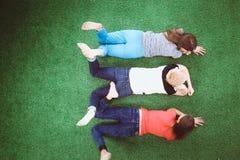 Giovani donne che si trovano sull'erba verde Giovani donne Immagine Stock Libera da Diritti
