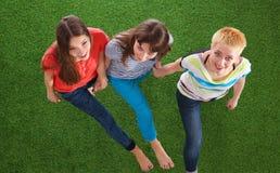 Giovani donne che si trovano sull'erba verde Giovani donne Fotografia Stock Libera da Diritti