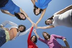 Giovani donne che stanno nel cerchio Fotografie Stock Libere da Diritti