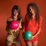 Giovani donne che tengono la sfera di bowling fotografie stock libere da diritti