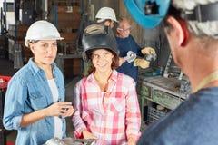 Giovani donne come apprendista del saldatore Immagini Stock Libere da Diritti