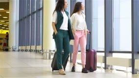 Giovani donne con bagaglio in aeroporto internazionale che camminano con i suoi bagagli Passeggeri di linea aerea in un salotto d video d archivio