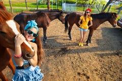 Giovani donne con cavalli immagine stock libera da diritti
