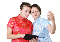 Giovani donne con i dispositivi mobili Immagini Stock Libere da Diritti