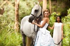 Giovani donne con il cavallo Fotografia Stock