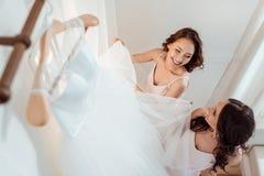Giovani donne con il vestito da sposa Fotografia Stock Libera da Diritti