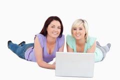 Giovani donne con un computer portatile Fotografie Stock