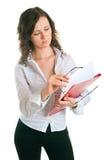 Giovani donne con un dispositivo di piegatura Immagini Stock Libere da Diritti