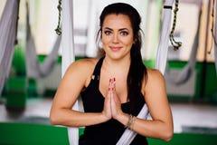 Giovani donne del ritratto che fanno gli esercizi antigravità di yoga Allenamento aereo aereo dell'istruttore di forma fisica del Immagini Stock