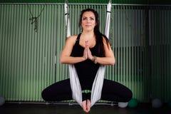 Giovani donne del ritratto che fanno yoga antigravità nella posizione di loto Forma fisica aerea aerea della mosca amache bianche Immagini Stock Libere da Diritti