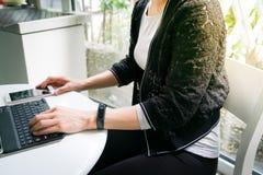 Giovani donne dello studente che indossano banda astuta facendo uso del computer della compressa e dello Smart Phone commovente Fotografie Stock