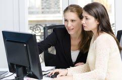 Giovani donne di affari Immagini Stock Libere da Diritti