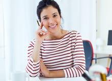 Giovani donne di affari che lavorano nel suo ufficio Immagine Stock