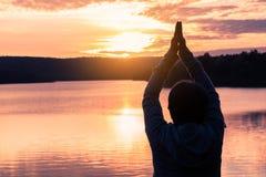 Giovani donne di yoga in natura Fotografia Stock Libera da Diritti
