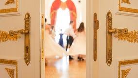 Giovani donne ed uomini in vestiti d'annata attraenti nella sala da ballo immagine stock