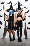 Giovani donne emozionali in costumi di Halloween Fotografie Stock