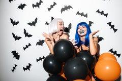 Giovani donne emozionali in costumi di Halloween Fotografia Stock Libera da Diritti