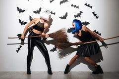 Giovani donne emozionali di grido in costumi di Halloween Immagine Stock